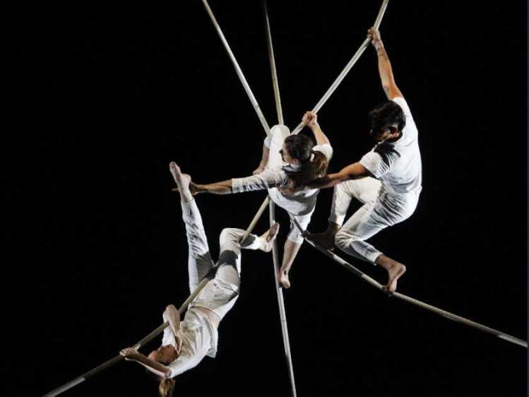 montreal-que-october-2-2015-acrobat-troupe-les-7-doig1.jpg